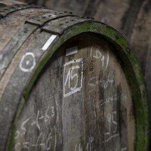 Holzfässer im Weinkeller des Weinguts Peter Lauer